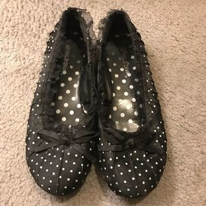 Black and white spotted dot ballerina flats.